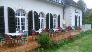 A restaurant or other place to eat at Auberge du Lac de Mondon