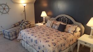 A bed or beds in a room at Harbor Ridge