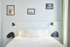 A bed or beds in a room at Hôtel Maison Saint Louis - Vieux Port