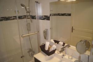 A bathroom at Hotel Regina Montmartre