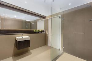 A bathroom at MDS88-Modern 2 Bedroom Brand New Apt in Chinatown