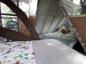 A bed or beds in a room at B&B La Cabane Insolite