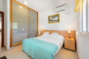 A bed or beds in a room at Villa Can Fluxa