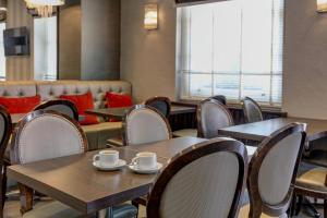 A restaurant or other place to eat at Best Western Buckingham Palace Rd