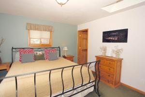 A bed or beds in a room at Oak Street House 142929