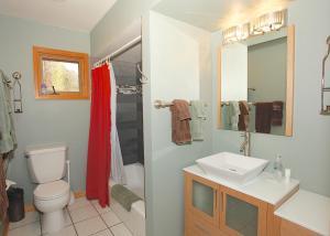 A bathroom at Oak Street House 142929