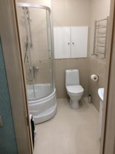 A bathroom at MS Apartments New Boulevard