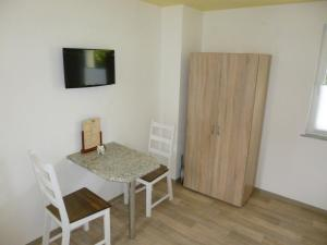 A television and/or entertainment center at Pension am Peeneufer UG
