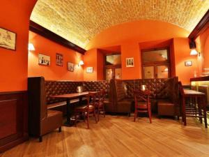 Restauracja lub miejsce do jedzenia w obiekcie Rynek 6 retro pub & hostel