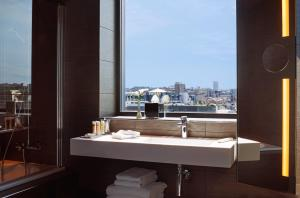 Een badkamer bij Pullman Brussels Centre Midi
