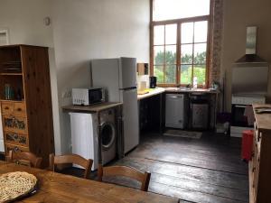 A kitchen or kitchenette at Le Chai de la Croix St Etienne