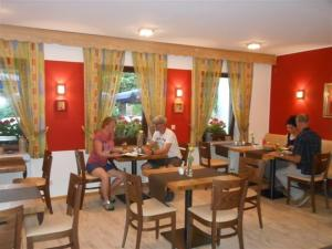 A restaurant or other place to eat at Hotel-Pension Am Wäldchenborn