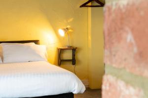 A bed or beds in a room at Eliot Arms