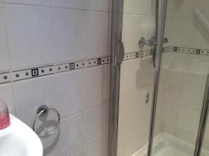 A bathroom at Melrose cottage