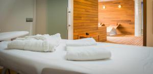 A bed or beds in a room at Lagaya Apartaments & Spa