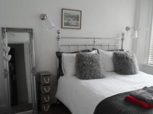 A bed or beds in a room at 2 Allars Bank, Hawick