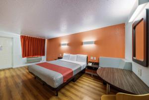 A bed or beds in a room at Motel 6-Dallas, TX - Farmers Branch