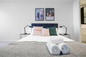 A bed or beds in a room at Comfy sweet home 3Beds@Parkville