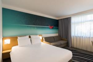 A bed or beds in a room at Novotel Lyon Bron Eurexpo