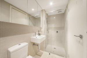 A bathroom at A Central 2BR Apt Near Bourke St Mall & Chinatown