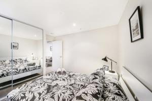 A bed or beds in a room at A Central 2BR Apt Near Bourke St Mall & Chinatown