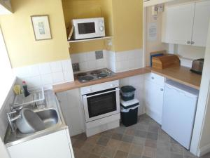 A kitchen or kitchenette at Woodcliffe Holiday Apartments