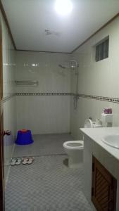 A bathroom at Shwe Nadi Guest House