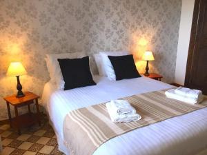 A bed or beds in a room at La Maison de la Rose