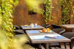 A restaurant or other place to eat at Kyriad Avignon - Palais des Papes