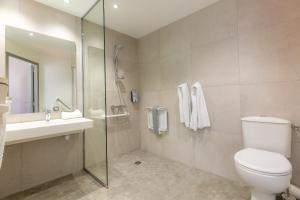 A bathroom at Kyriad Avignon - Palais des Papes