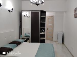 Кровать или кровати в номере Apartment Panorama Park Chernomorskaya