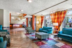 The lobby or reception area at Howard Johnson by Wyndham Vancouver Downtown