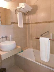 Un baño de Howard Johnson Resort & Spa Escobar