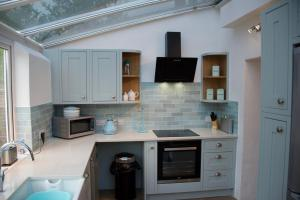 A kitchen or kitchenette at Fontwell Cottage