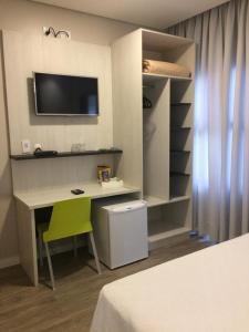 Uma TV ou centro de entretenimento em Scarpelli Palace Hotel