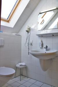 A bathroom at Historisches Landhotel Studentenmuehle