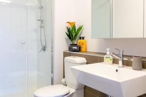 A bathroom at A Cozy CBD Suite with a Gorgeous View of the Yarra