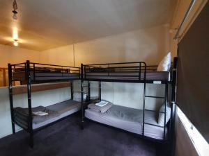 Двухъярусная кровать или двухъярусные кровати в номере Uenuku Lodge