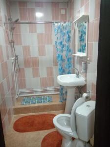 "A bathroom at Усадьба ""Рыжий пёс"""