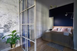 A bed or beds in a room at OneApartments - Sun & Sopot