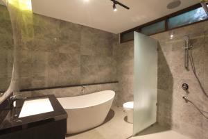A bathroom at Matahari Bungalow