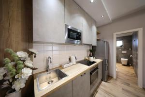 A kitchen or kitchenette at Aldo Apartments Center