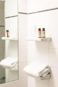 A bathroom at Sixtus Sinatur Hotel & Konference