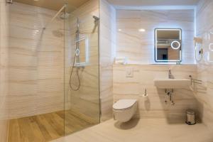 A bathroom at Priska Med Luxury Rooms