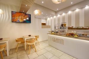 Ein Restaurant oder anderes Speiselokal in der Unterkunft Hotel I Graniti