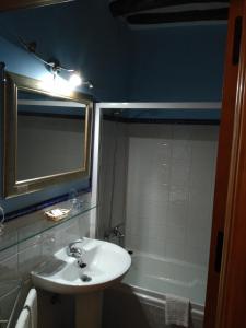 A bathroom at Hotel Rural Real de Laroles Nevada bike and treeking