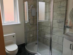 A bathroom at Castle Lodge guest house