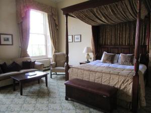 Кровать или кровати в номере Oulton Hall