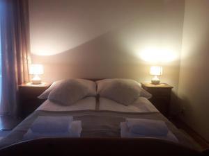 Łóżko lub łóżka w pokoju w obiekcie Mala Chatka