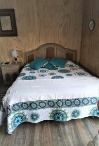 A bed or beds in a room at Alojamiento El Aromo